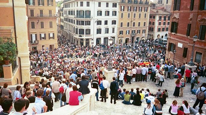 A rotineira multidão na escadaria da Piazza di Spagna