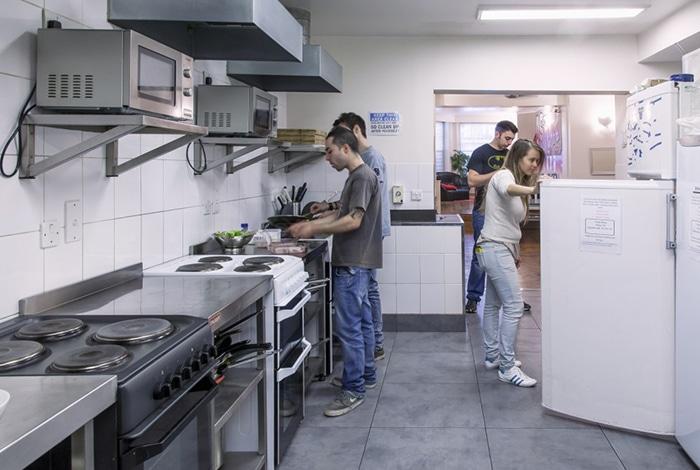 Cozinha do Astor Hyde Park Hostel, em Londres