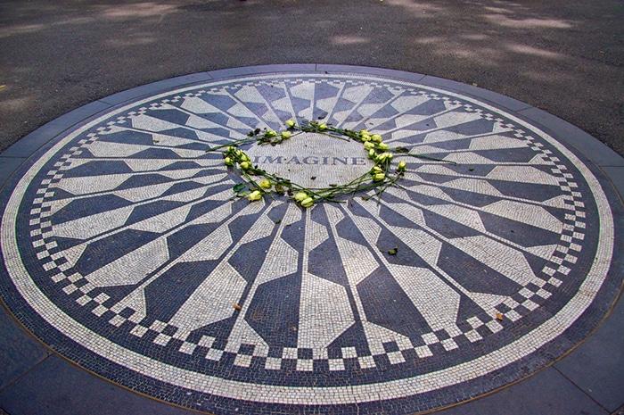 Mosaico em homenagem a John Lennon no Central Park, em Nova York