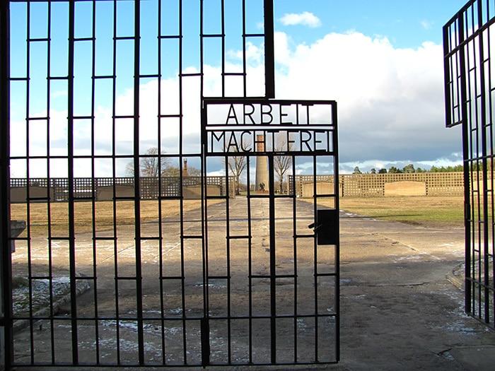 A entrada do campo de concentração Sachsenhausen   Foto por Poliana Mendonça