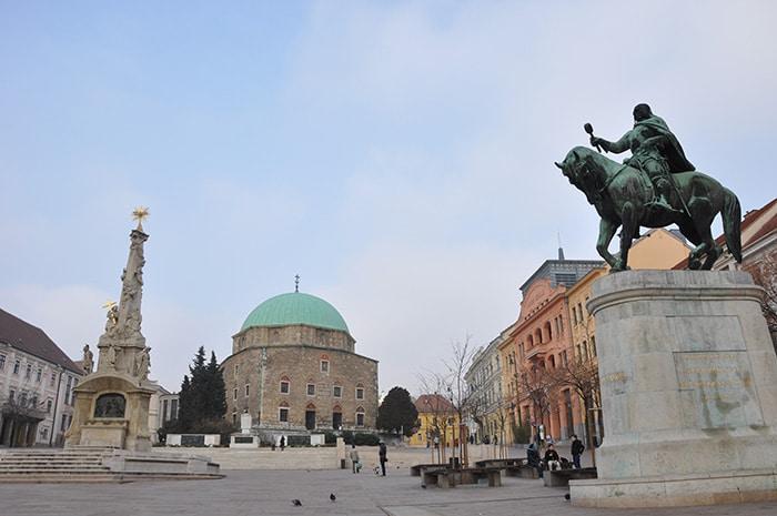 Praça central de Pécs, na Hungria, Leste Europeu