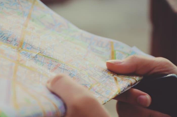 Consulta ao mapa de papel, hábito que muito ainda mantêm | Foto via Visual Hunt