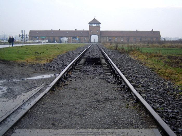 A emblemática entrada do campo Auschwitz-Birkenau | Foto por Zizo Asnis