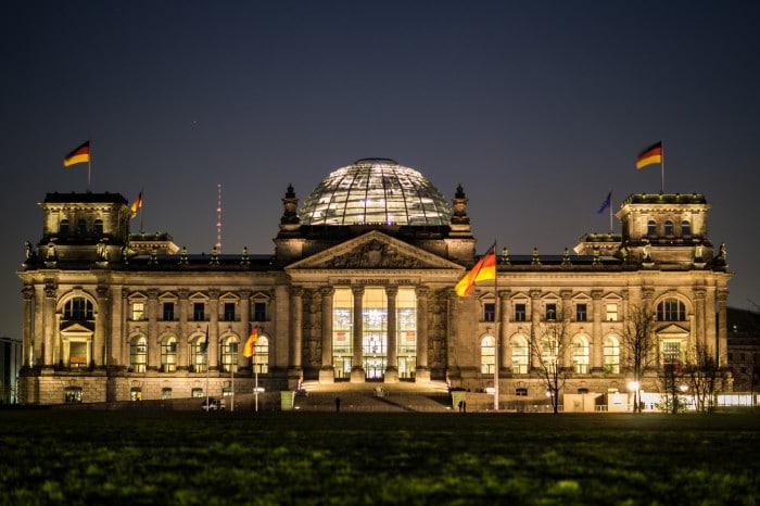 O Palácio do Parlamento à noite | Foto por AnDi Kamera (CC BY-NC 2.0)