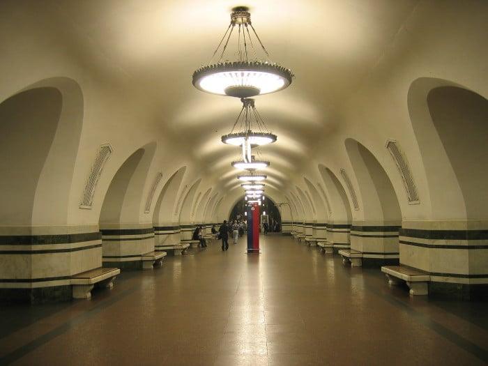 A Alekseyevskaya, de 1958, é uma estação mais sóbria do que as do começo da década | Foto por A.Savin/Wikimedia Commons