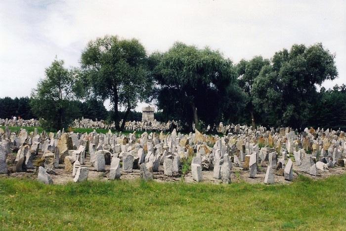 Pedras formam memorial em homenagem às vítimas | Foto por abac077 (CC BY-NC-SA 2.0)