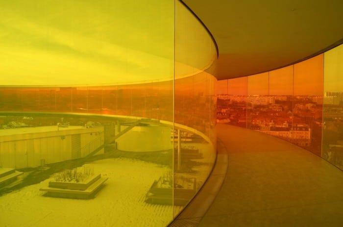 Visão da cidade de dentro do arco-íris, uma construção que fica no topo do Ar Os Museum  | Foto por Vinícius Fontana