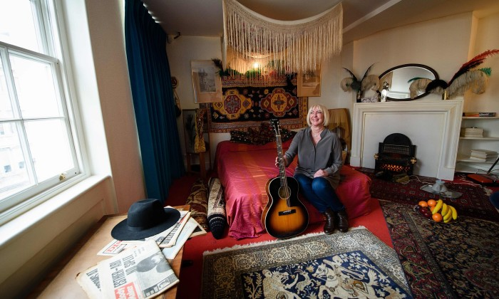 A namorada de Hendrix, Kathy Etchingham, no quarto do músico   Leon Neal/AFP/Getty Images