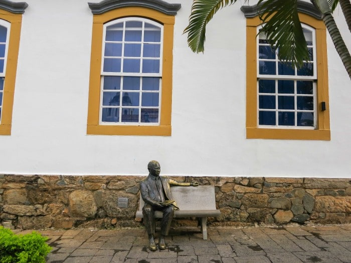 Estátua de Tancredo Neves em frente ao seu memorial   Por Sabrina Didoné