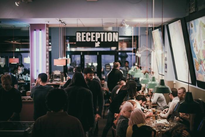 Bar bastante agitado no Copenhagen Downtown Hostel, na Dinamarca | Foto Divulgação