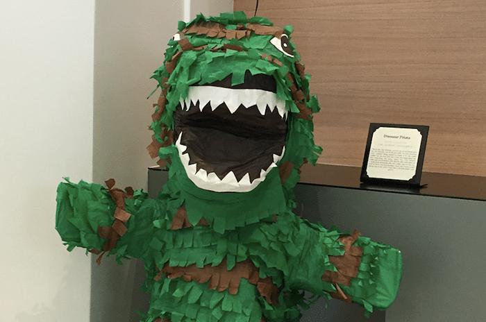 até uma piñata em formato de dinossauro!