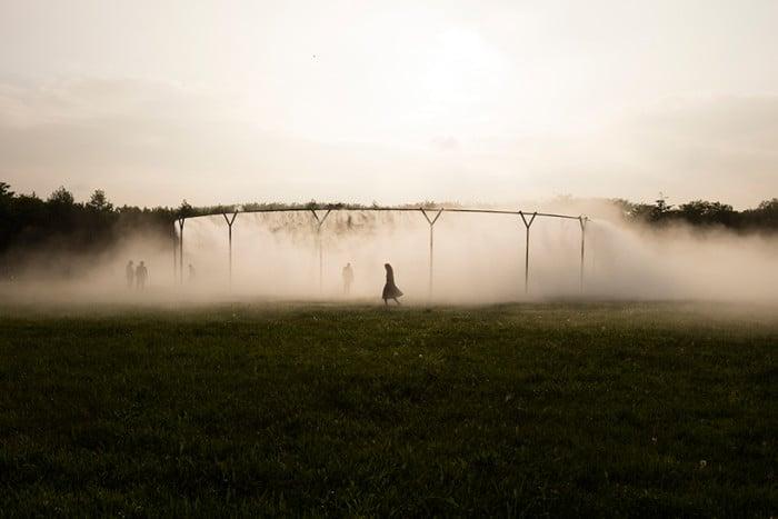 """""""Fog Assembly"""" envolve o visitante num místico nevoeiro"""