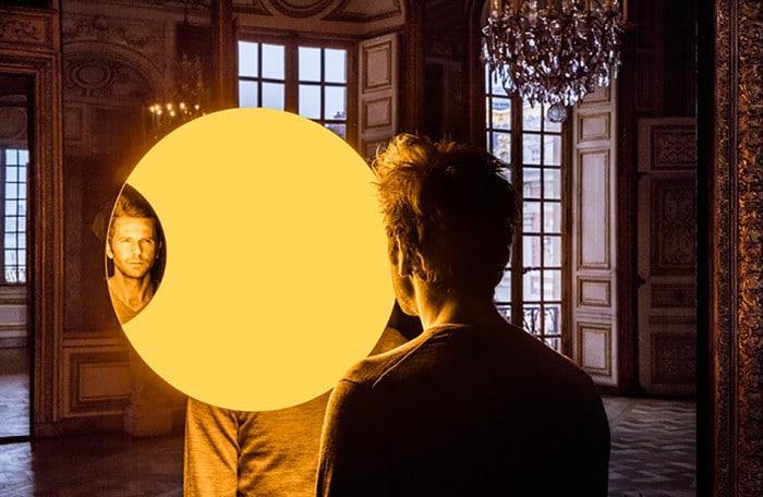 """Deep Mirror (Yellow)"" no Salon l'Oeil de Boeuf"