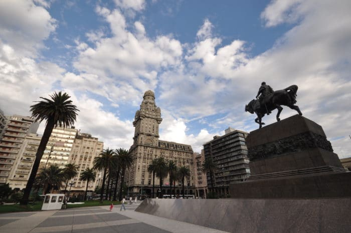 Plaza Independencia, cartão-postal máximo de Montevideo   Zizo Asnis
