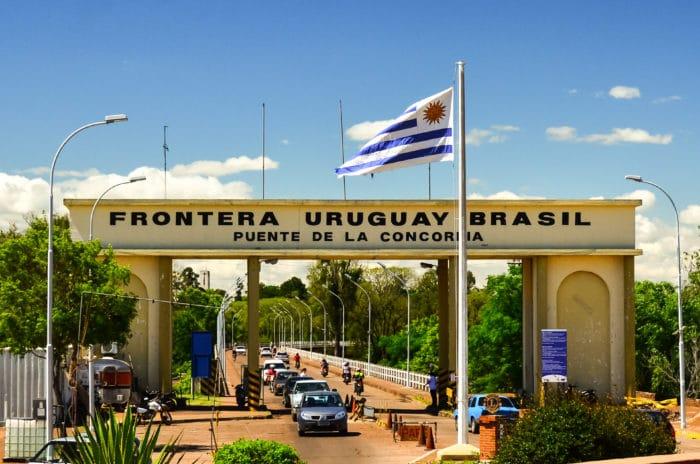 Fronteira entre Quaraí (Brasil) e Artigas (Uruguai) | Hélio Dias