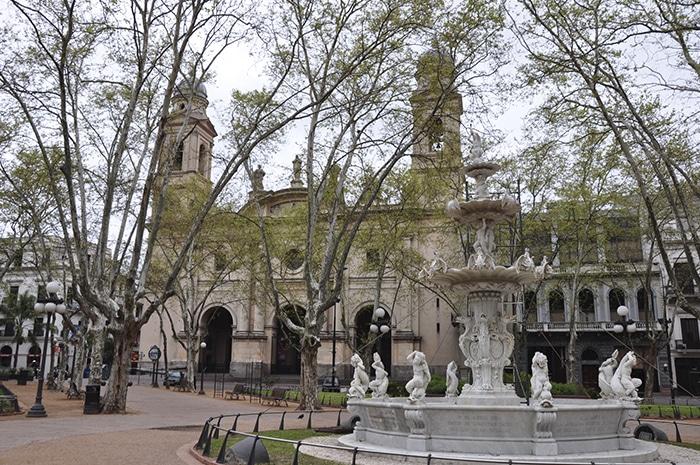 Catedral, uma das inúmeras atrações vistas ao caminhar pela Sarandí   Zizo Asnis