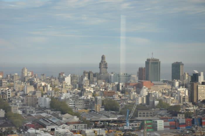 Centro de Montevidéu visto da Antel (Palácio Salvo em destaque)   foto Zizo Asnis