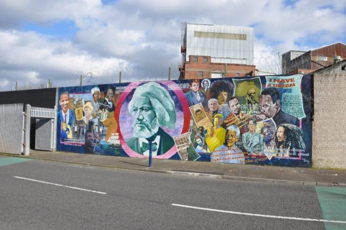 Um dos trechos mais icônicos do muro em Belfast   Foto Zizo Asnis