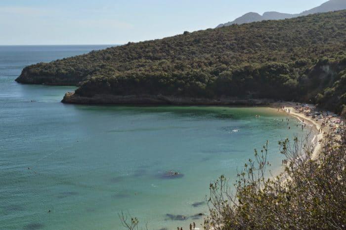 As águas esverdeadas da Praia Galápos | Foto Grazi Calazans