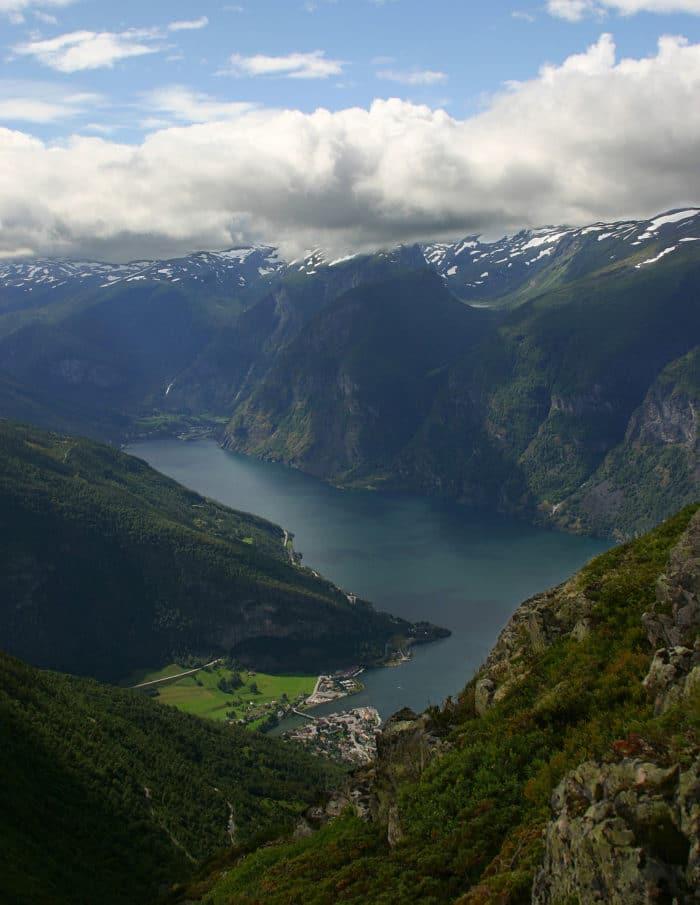 Aurlandsfjord, um dos braços do   Foto DeltaOmega~commonswiki (CC BY-SA 2.5)