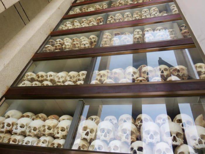Crânios em exposição nos killing fields representam os dois milhões de mortos