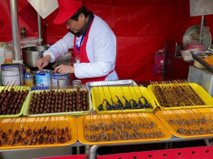 Espetinho de insetos em mercado de Pequim. Topa?