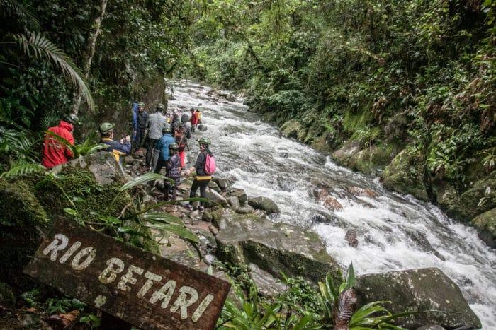 Atravessar o Rio Betari faz parte da trilha | Foto Daniel Carnielli