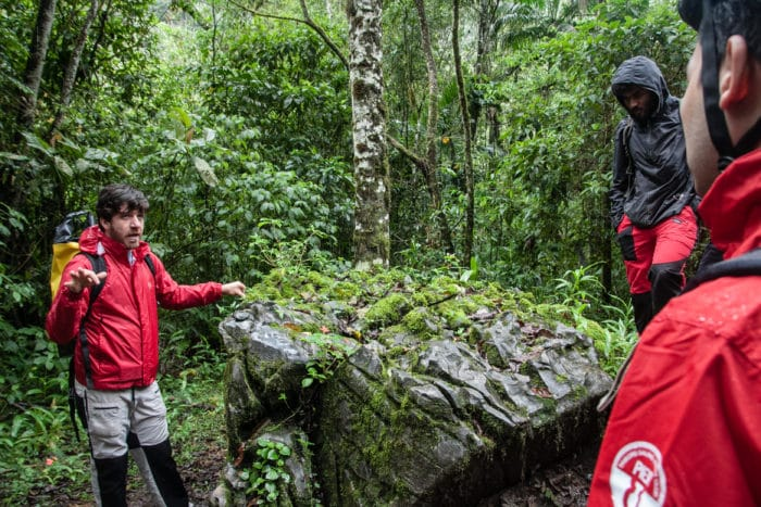 O guia Leo, do Planeta Trilha, contando detalhes sobre a trilha | Foto Daniel Carnielli
