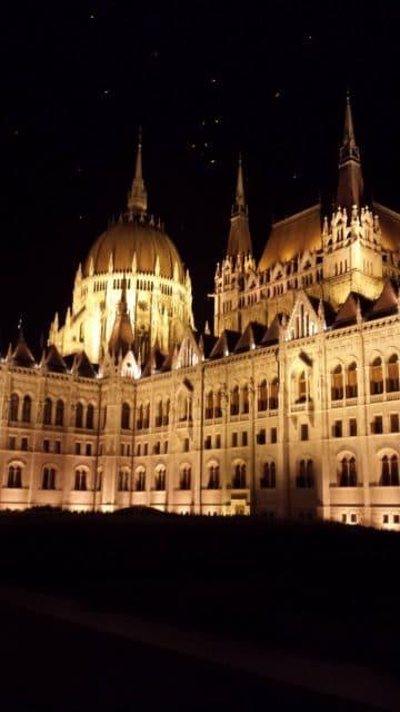 Prédio do Parlamento à noite, um espetáculo!