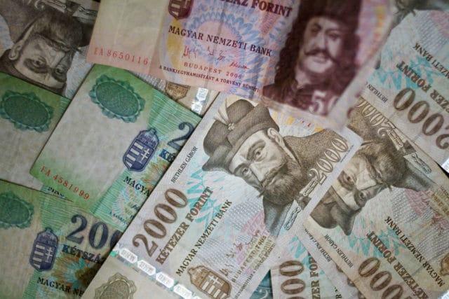 Parece muito dinheiro, mas não é: 2000 forint equivalem a pouco mais de €6 | Foto Simon Greig (CC BY NC-SA 2.0)