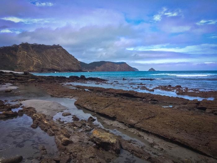 Uma das praias desertas do Parque Nacional Machalilla. Está 100% intocada. Lindíssima! Detalhe importante: o mar é bravíssimo por aí, então é proibido banhar-se em algumas das praias. Foto: Aline Gallo