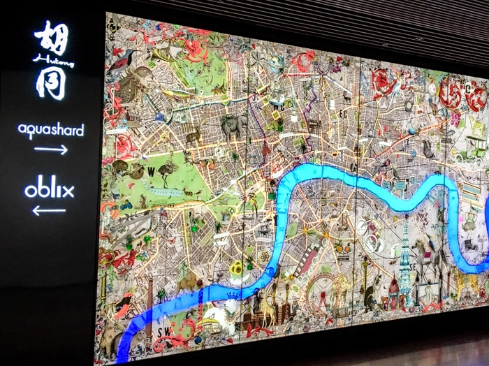 Painel apresenta as principais atraçoes e referências ao longo do rio Tâmisa.